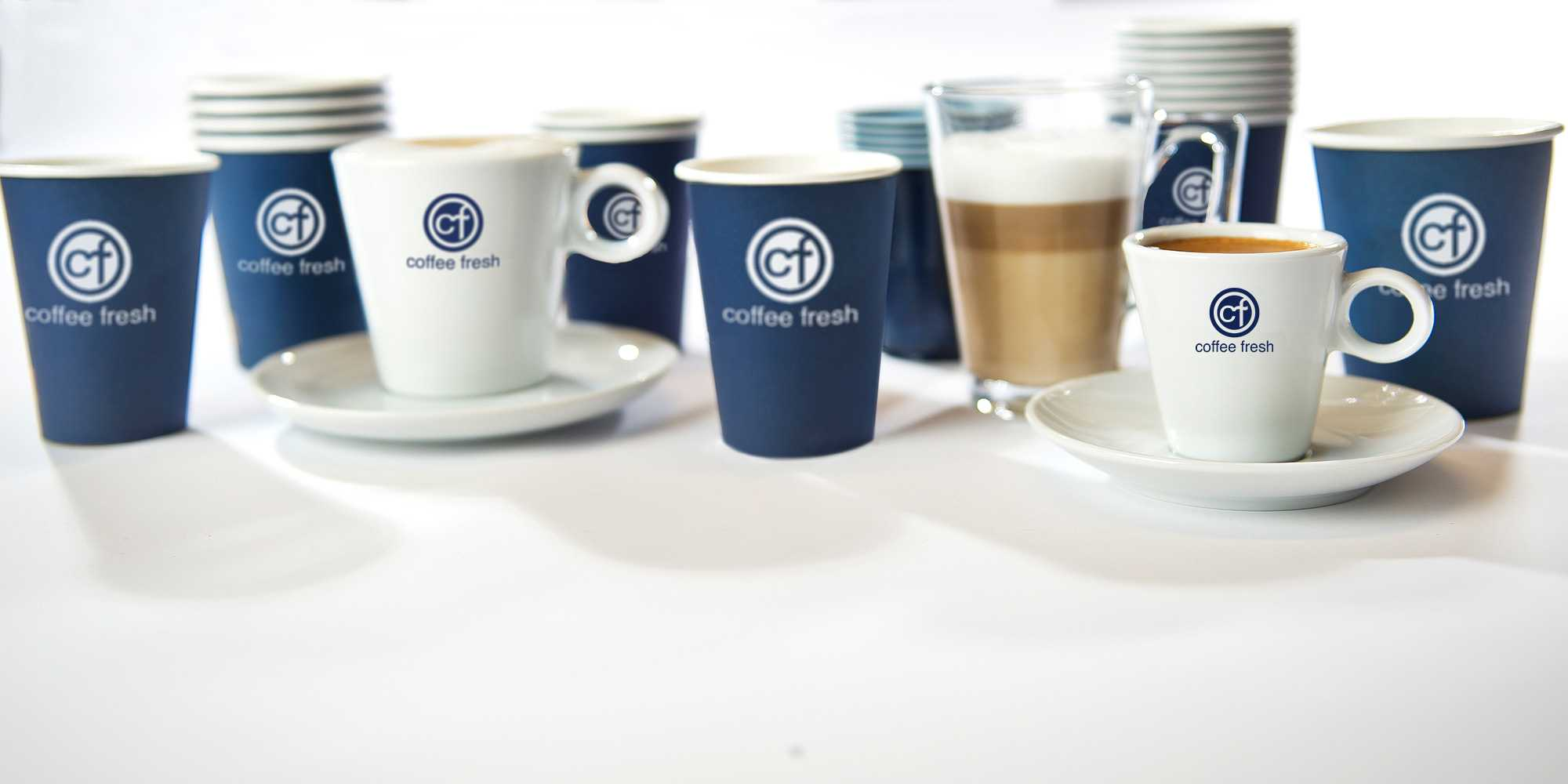 Koffiebekers en servies met logo van Coffee Fresh